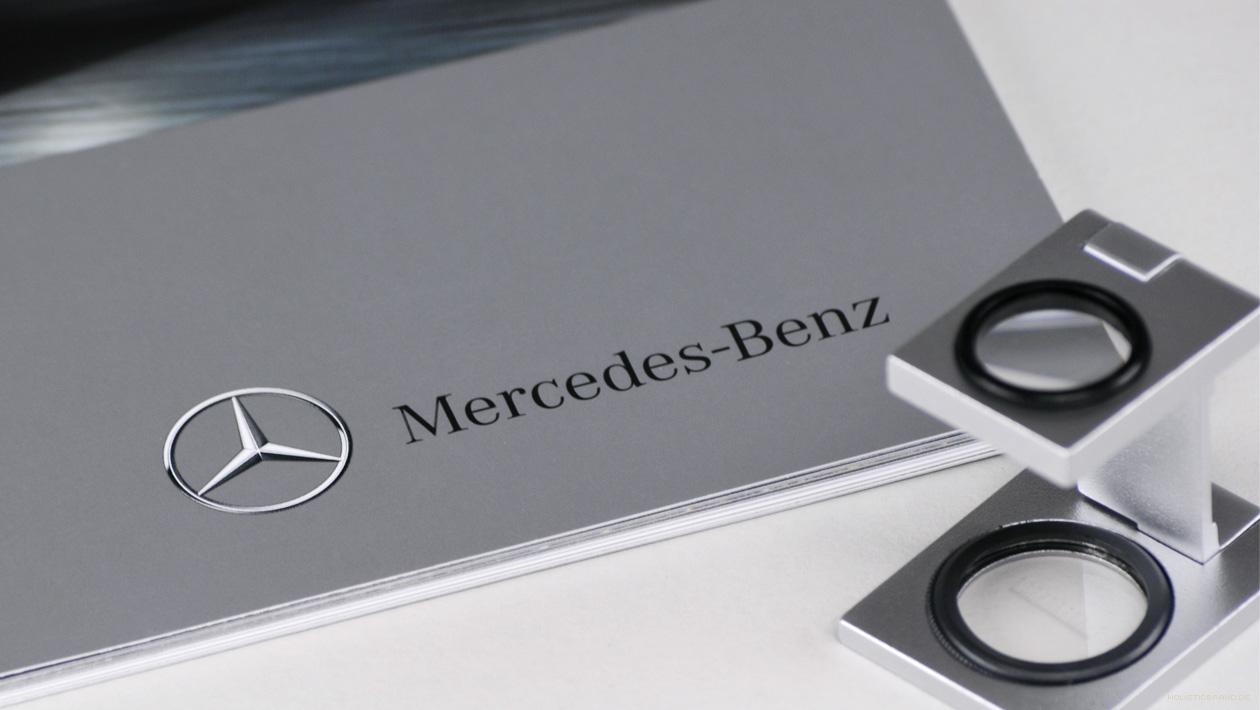 Detailfoto eines Markenzeichens auf einer Broschüre mit einem Fadenzähler