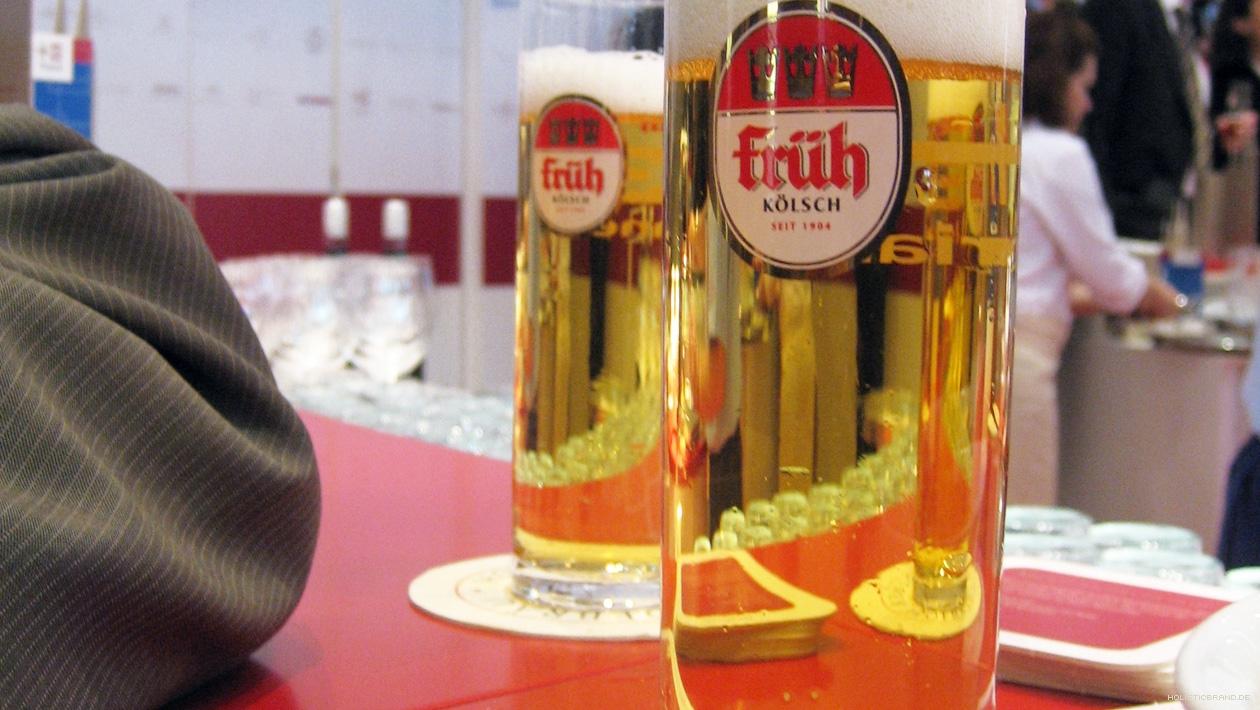 Detailfoto vom Messestand mit gefüllten Biergläsern